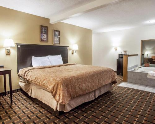 Econo Lodge Inn & Suites Bettendorf Photo