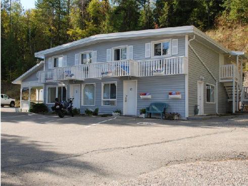 Cozy Pines Motel Photo