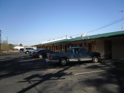 Holiday Terrace Motel - Houston, MS 38851