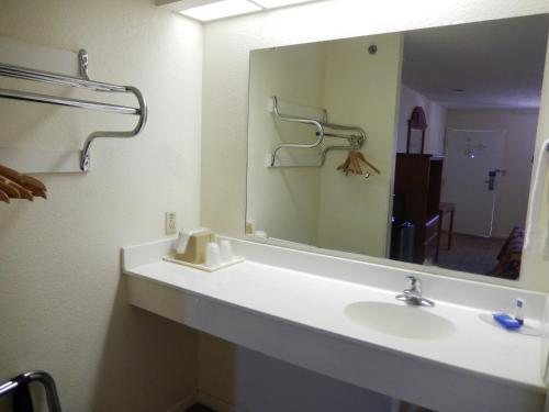 Motel 6 Azle - Azle, TX 76020