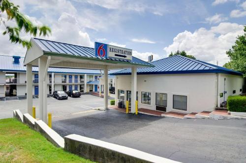 Hotels vacation rentals near mercer university atlanta for Cabin rentals close to atlanta ga