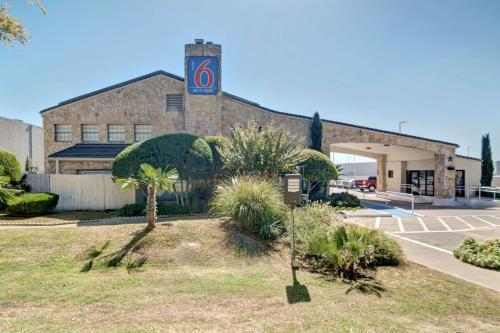 Motel 6 Dallas Forest Lane Photo