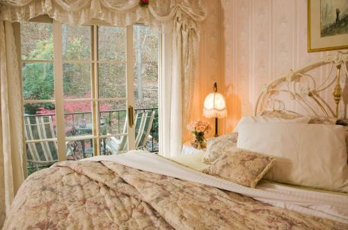Arsenic And Old Lace Bed & Breakfast Inn - Eureka Springs, AR 72632