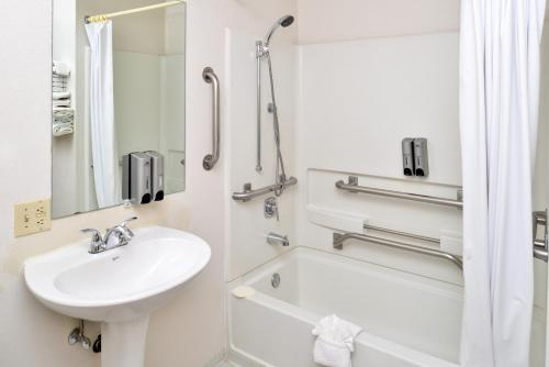 Americas Best Value Inn and Suites Cheyenne Photo