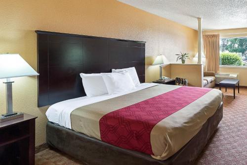 Econolodge Inn & Suites Downtown Northeast Photo
