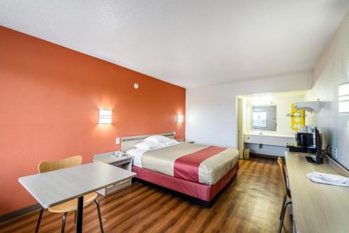Motel 6 Anniston Photo