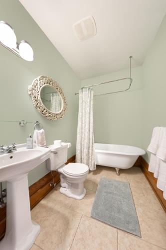 Apartments At Cadder House - Kelowna, BC V1Y 1S6