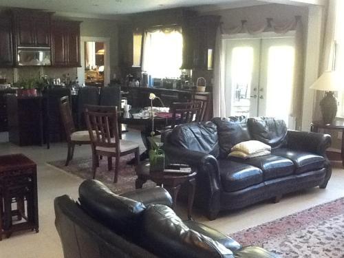 Yegi's Residence - Surrey, BC V4N 5G5