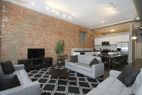 Five-bedroom On W Division Street Apt 2