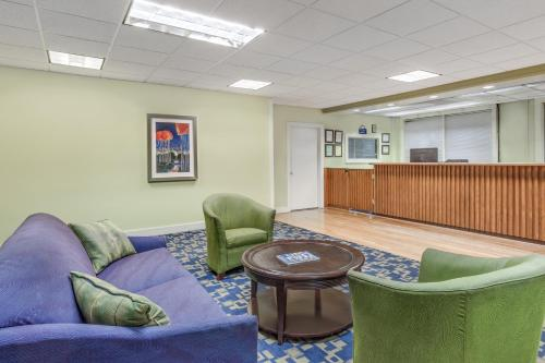 Days Inn By Wyndham Cullman - Cullman, AL 35055