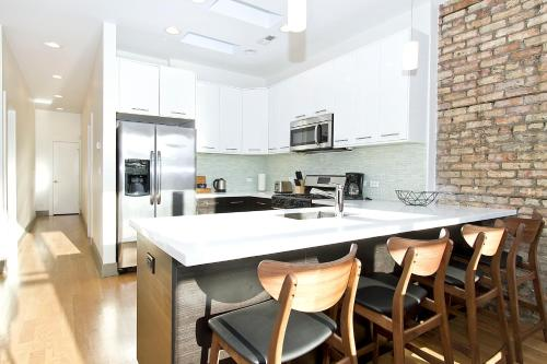 Two-bedroom On N Southport Avenue Apt 3