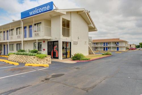 Motel 6 - Oklahoma City Airport Photo