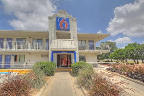 Hotels Amp Vacation Rentals Near Six Flags Fiesta Texas Usa
