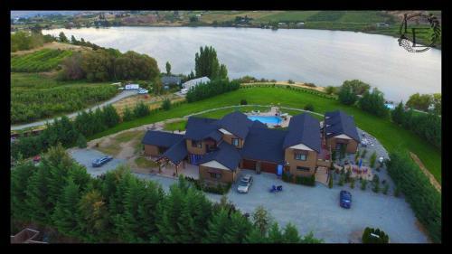 Lake's Edge Tuscan Lodge - Manson, WA 98831