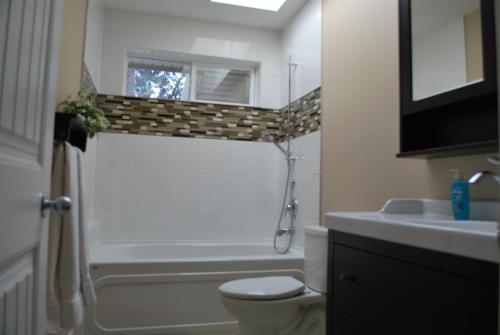 Lakeside Retreat Upper Suite - Winfield, BC V4V 2J5