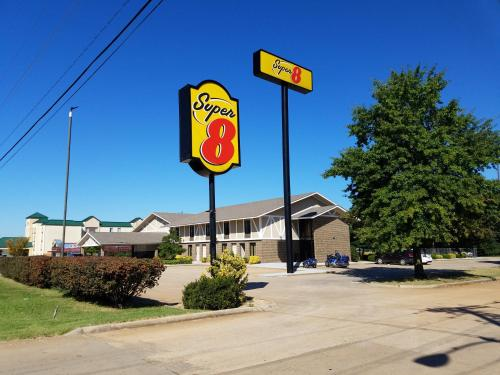 Super 8 Bentonville Photo