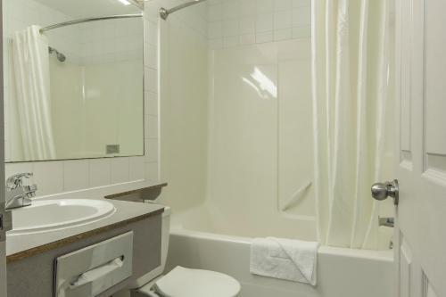 Econo Lodge Inn and Suites Lethbridge Photo