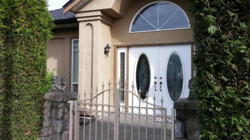 Richmond Centre Suite - Richmond, BC V6Y 3Z9