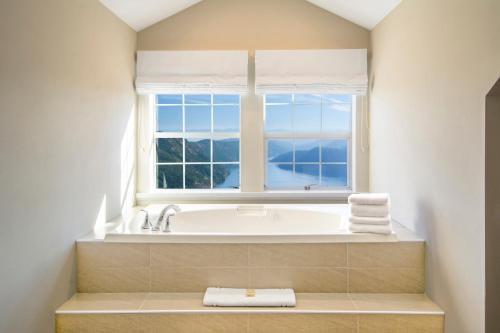 Villa Eyrie Resort - Malahat, BC V0R 2L0