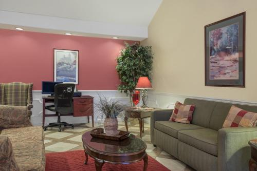 Baymont Inn and Suites - Tuscaloosa Photo