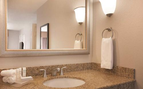 Homewood Suites by Hilton Charlotte Airport Photo