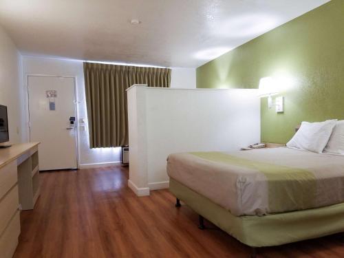 Motel 6 Hemet Photo