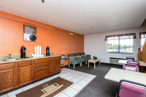 Motel 6 Waterloo - Waterloo, IA 50703