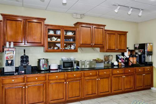 Days Inn & Suites By Wyndham Savannah North I-95 - Port Wentworth, GA 31407