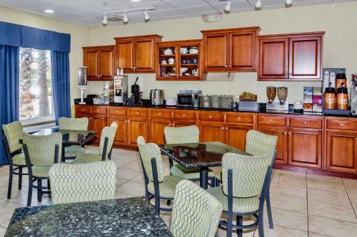 Days Inn and Suites Port Wentworth-North Savannah Photo