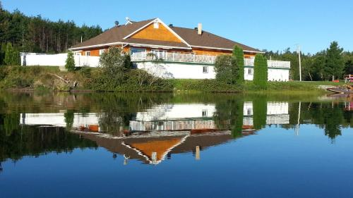 Auberge Du Lac Malcom Photo