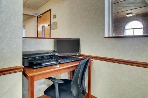 Baymont Inn & Suites Galesburg Photo