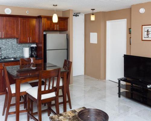 Waikiki Banyan Tower 1 Suite 1705 Photo