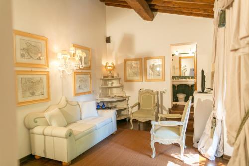 Via della Suvera, 70, 53031 Pievescola Casole d'Elsa, Siena, Italy.