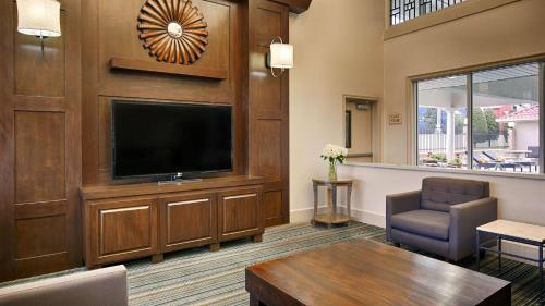 Best Western Plus Downtown Inn & Suites Photo