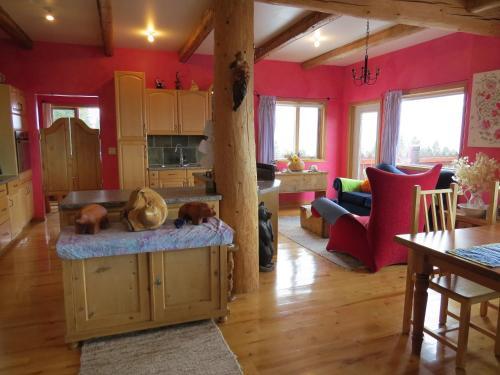 Tschurtschenthaler Lodge - Golden, BC V0A 1H2