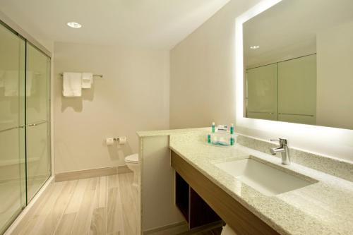 Holiday Inn Express Hotel & Suites Austin Downtown Photo
