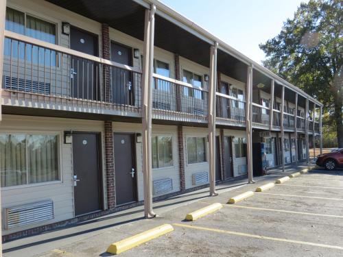 Redwood Inn - Gadsden, AL 35903