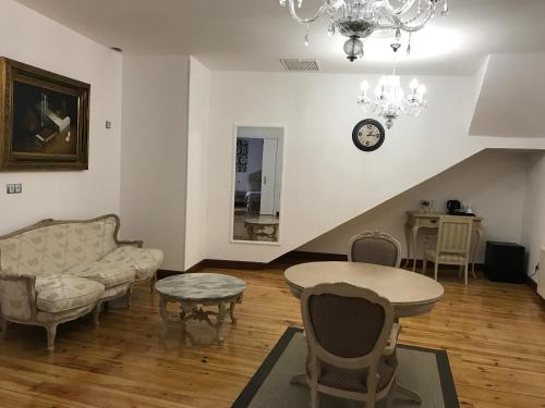 Interior Deluxe Double Room Hostal Central Palace Madrid 11