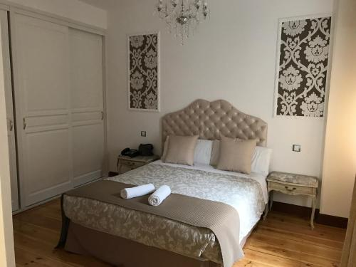 Interior Deluxe Double Room Hostal Central Palace Madrid 12