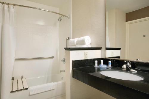 Fairfield Inn & Suites by Marriott Quincy Photo
