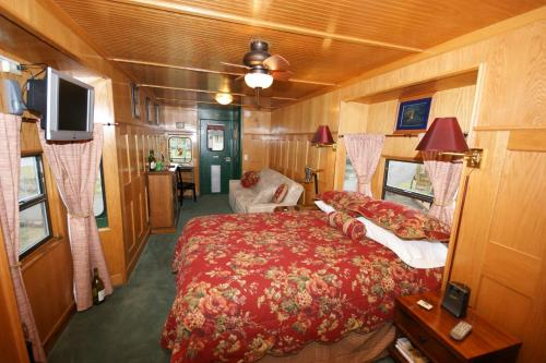 Red Caboose Getaway B&b - Sequim, WA 98382