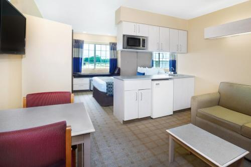 Microtel Inn and Suites Lafayette Photo