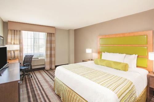 La Quinta Inn & Suites Far Rockaway - JFK Airport Photo