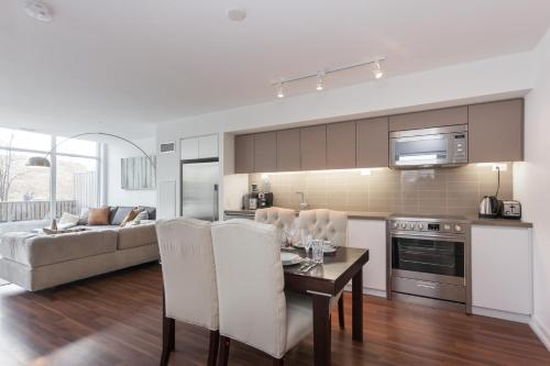 Applewood Suites - Condo Townhome - Toronto, ON M5V 2V6