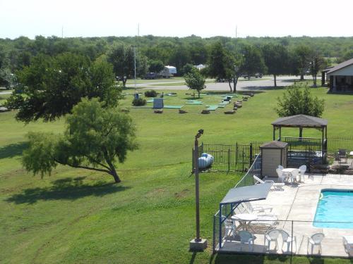 Bay Landing Camping Resort Cabin 24 - Bridgeport, TX 76426
