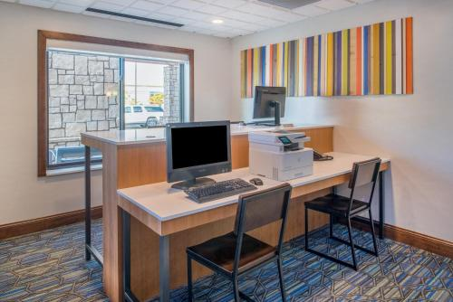 Holiday Inn Express Hotel & Suites Bismarck - Bismarck, ND 58501
