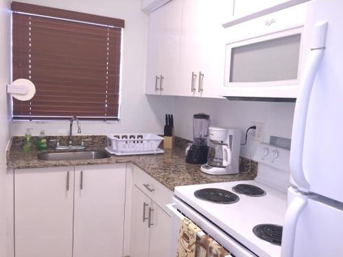 2 Bedroom Suite Just Steps To The Beach!! - Hollywood, FL 33019