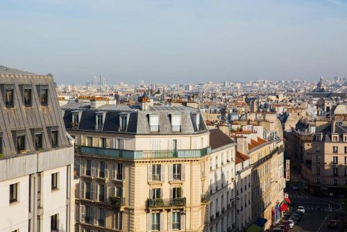 Modern Apartment with view on Paris roofs photo 2
