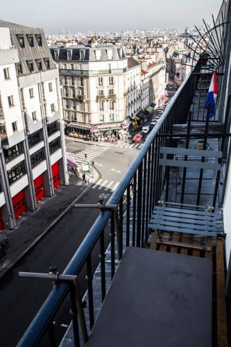 Modern Apartment with view on Paris roofs photo 13