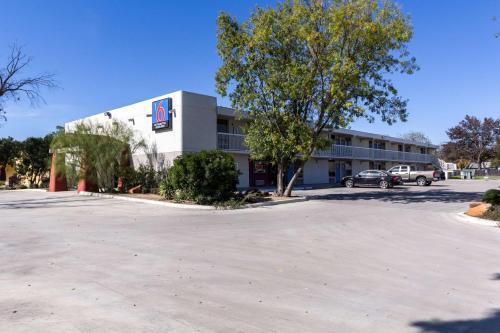 Motel 6 Uvalde - Uvalde, TX 78801